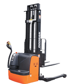 7 Series Electric Straddle Stacker